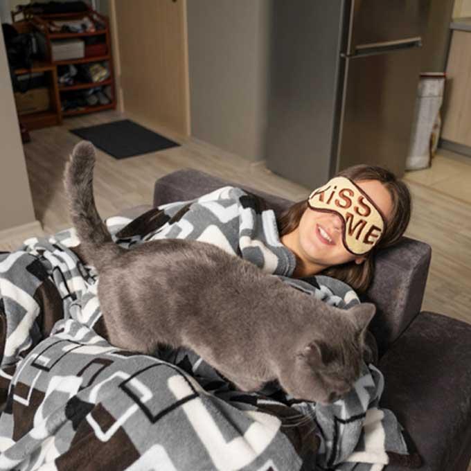 집사가 누워있을 때, 고양이가 배 위로 올라오는 이유 3